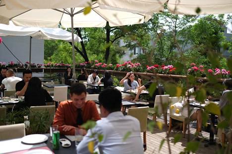 Pöytärivi on jätetty tyhjäksi asiakkaiden väliin ravintolassa Kiinan pääkaupungissa Pekingissä.