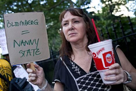 Newyorkilainen Andrea Hebert osoitti mieltään limsakieltoa vastaan viime kesänä.