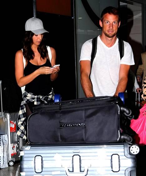 Jenson Buttonin mukana F1-kisaan Melbourneen matkusti hehkeä Playboy-kaunotar.