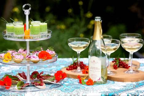 Pöytä on katettu. Varaa tarjolle myös alkoholitonta nautittavaa!