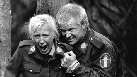Kiimaiset poliisit -tv-sarja. Mariat ( Merja Larivaara ) ja Oiva ( Taisto Reimaluoto ) törmäävät toisessa osassa mm. kostajaan.