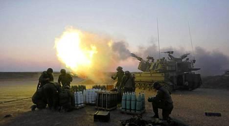 Israelin sotilaat pommittivat kohti Gazaa maanantaina.