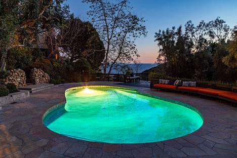 Samalla, kun pulahtaa ulkona olevaan uima-altaaseen, voi katsella alla avautuvaa Tyyntä valtamerta.