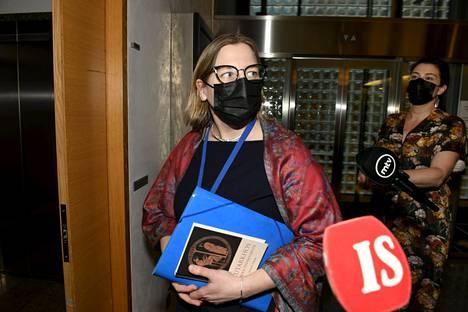 Tytti Yli-Viikari poistumassa eduskunnan kansliatoimikunnan kokouksesta.