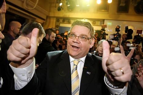 Timo Soini tuuletti jytkyä perussuomalaisten vaalivalvojaisissa Bottalla Helsingissä 17. huhtikuuta 2011.