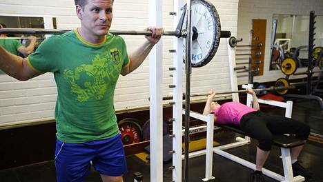 Jos olet tottunut treenaamaan yksin tai erittäin hiljaisina treeniaikoina, kokeile treeniä hieman vilkkaampaan ajankohtaan. Se saattaa tuoda uutta buustia treeniisi!
