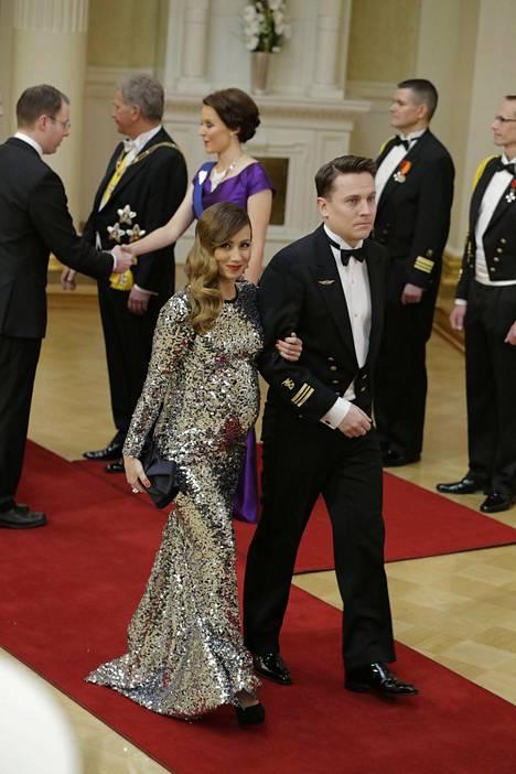 Jaana Pelkonen pukeutui viime vuonna paljetteihin, jotka ovat suuri hitti myös tämän vuoden juhlapukeutumisessa.