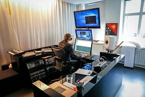 Äänikirjatuotantoyhtiö Silencion toimitusjohtaja Kimmo Oksanen studiolla.