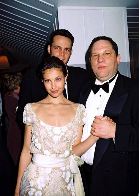 Näyttelijä Ashley Judd Harvey Weinsteinin käsipuolessa 1997. Judd oli ensimmäisiä Weinsteinia häirinnästä syyttäneitä.