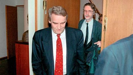 Sdp:n puheenjohtaja Ulf Sundqvist saapuu puoluetoimikunnan kokoukseen kannoillaan Erkki Tuomioja helmikuussa 1993. Kokous käsitteli STS-pankin asioita ja Sundqvistin liiketoimia siellä. Kokous antoi tukensa puheenjohtaja Sundqvistille.