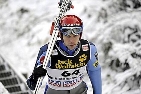 Janne Ahonen hyppäsi tiistaina vain Bischofshofenin harjoituksissa ja taktikoi siten hyppypaikan kisan viimeiseen pariin.