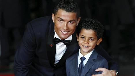 Cristiano Ronaldo poikansa kanssa punaisella matolla Ronaldo-dokumentin ensi-illassa.