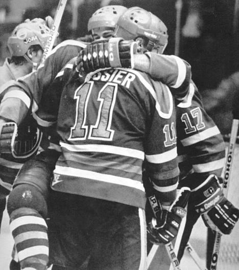 Kanadalaistähdet Mark Messier ja Kevin Lowe sekä Jari Kurri juhlivat monesti voittoa 1980-luvulla Edmonton Oilersin paidassa.