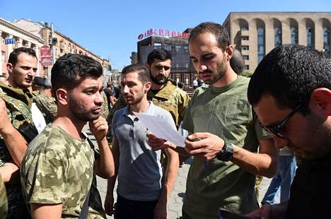 Armenian pääkaupungissa Jerevanissa värvättiin jo ensimmäiset vapaaehtoiset palvelukseen. Maassa julistettiin sunnuntaina yleinen liikekannallepano yli 18-vuotiaille miehille.