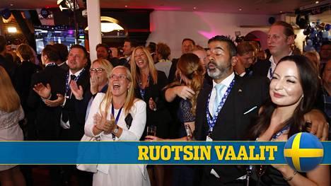 Ruotsidemokraattien vaalivalvojaisissa seurattiin ääntenlaskentaa.