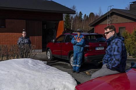 Juha Kinnunen (oik.) on työskennellyt Veitsiluodon tehtaalla vuodesta 1989 lähtien. Markku-isä ja Raija-äiti pelkäävät kotitalon kylmenevän kun tehtaan tuottaman kaukolämmön jakelu lakkaa.