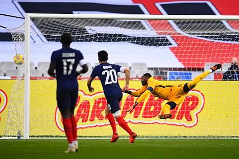 Valakarin unelmalaukaus vei Huuhkajat 2–0-johtoon.