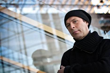 Stefan Lindfors ohjasi ja käsikirjoitti videon.