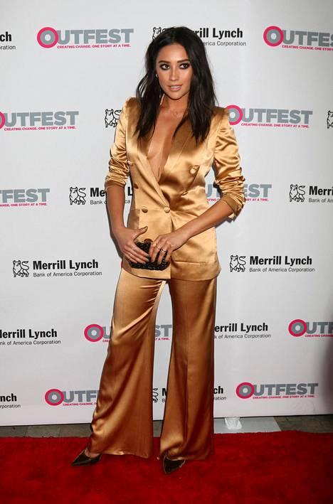 Samankaltaiseen asuun pukeutui myös Shay Mitchell Outfest Lefacy Awards -gaalassa lokakuussa.