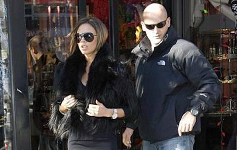 Victoria Beckham voi joutua pian shoppailemaan peruukkikaupassa. Posh siis kuvassa vasemmalla! Oikeanpuoleinen lienee turvamies, jota Beckham käytti shoppailessaan New Yorkissa maanantaina.