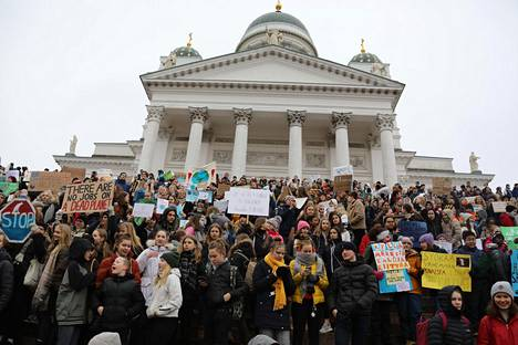 Mielenosoittajat marssivat Senaatintorilta eduskuntatalon eteen.