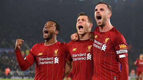Liverpoolin James Milner (kesk.) juhli Leicesterin niskan katkaissutta 2–0-maaliaan.