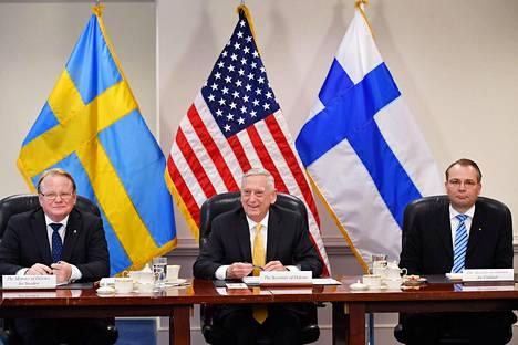 Puolustusministerit Peter Hultqvist, James Mattis ja Jussi Niinistö allekirjoittivat aiesopimuksen Washingtonissa.