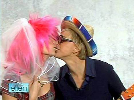 Hupailevat Heidi Klum ja Ellen DeGeneres innostuivat suukottelemaan toisiaan tv-ohjelmassa.