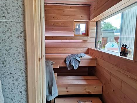 Kuvassa kohde 2, Talo Aito. Saunan kalustus on Saunamaailman ja kiuas Tulikiven.