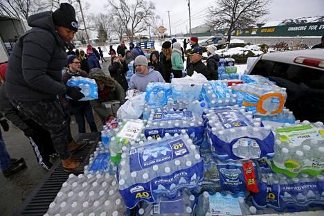 Vapaaehtoiset jakoivat pullovettä kaupunkilaisille maaliskuussa 2016.