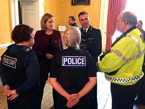 Sisäministeri Amber Rudd (toinen vasemmalta) tapasi poliiseja ja pelastushenkilöstöä Salisburyssa perjantaina.