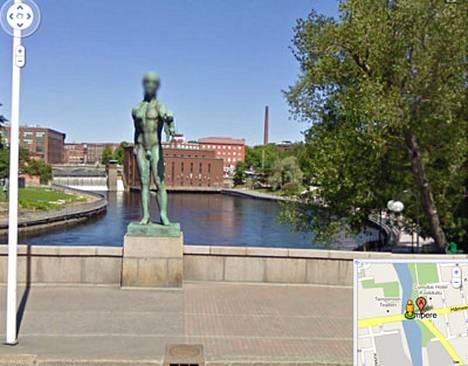 Tampereen Hämeenkadulla Googlen kuvausauto ikuisti patsaan, jonka kasvot käsiteltiin tunnistamattomiksi, mutta sukukalleudet sen sijaan jätettiin rauhaan.