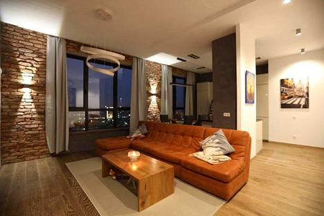 Pariskunta suunnitteli kotinsa itse. Asunto sijaitsee 12. kerroksessa.
