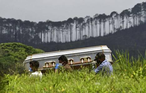 Maailmanlaajuisesti koronakuolemia on tilastoitu jo yli 800 000.