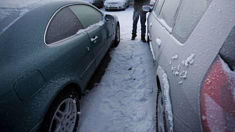 Osa vaihtoautoista voi olla liikkeestä riippuen myös ulkona. Silloin saatetaan tarvita myös jääraappaa.