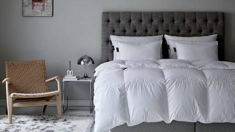 Ylellinen peitto tai tyyny on myös mainio joululahjavinkki. Niistä on iloa vuoden jokaisena päivänä, ja oikein hoidettuina ne kestävät käytössä pitkään.