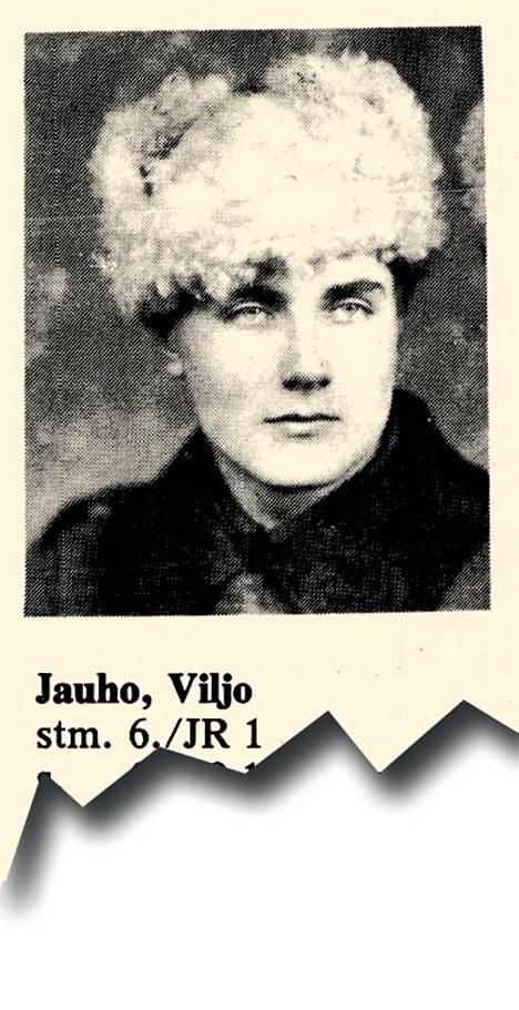 23.9.1923 syntynyt sotamies Viljo Jauho oli 20-vuotias maanviljelijän poika Joutsenosta. Hän kuuli JR 1:n 6. komppaniaan, jota vastaan vihollinen hyökkäsi kello 7.30 aikaan panssarivaunuilla tykistön ammunnan jälkeen. Taistelusta tuli sekava, kun vaunut murtautuivat läpi. Ennen komppanian vetäytymistä komppaniasta katosi viitisenkymmentä miestä. Yksi heistä oli sotamies Jauho.