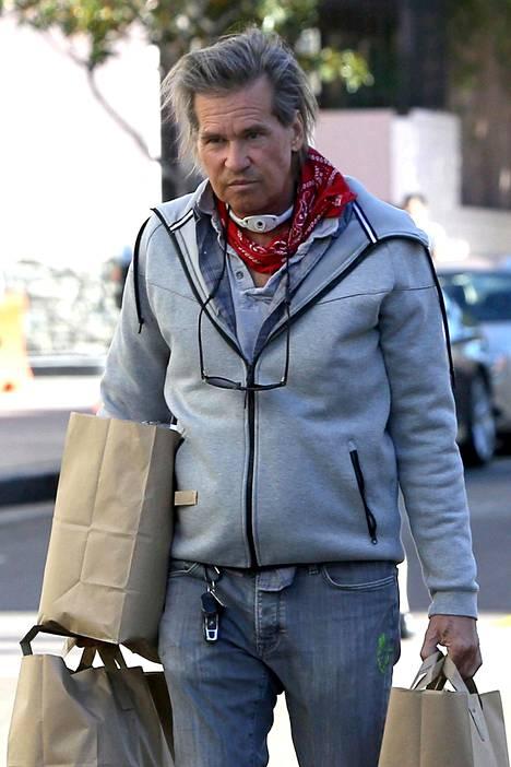 Kilmer kuvattiin ruokaostoksilla kaulassaan trakeostomian jättämä hengitysputken paikka.