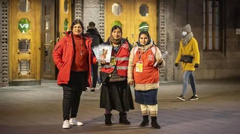 Romanian romanit Elena Dima (vas.), Ioana Silion ja Samara Silion jäivät Suomeen, vaikka pandemia on tehnyt tienaamisesta entistä vaikeampaa.