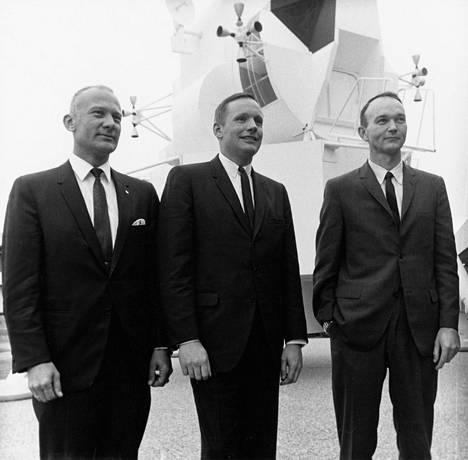 Aldrin, Armstrong ja Collins poseerasivat lehdistötilaisuudessa Manned Spacecraft Centerissä tammikuussa 1969.