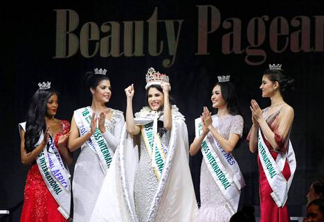 Miss International ja perintöprinsessat: keskellä voittaja Mariem Claret Velazco Garcia, vasemmalla toinen perintöprinsessa Reabetswe Sechoaro, neljäs perintöprinsessa Anabella Castro Sierra, ensimmäinen perintöprinsessa Maria Ahtisa Manalo ja kolmas perintöprinsessa Bianca Tirsin.