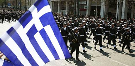 Kreikka tunnetaan demokratian kehtona ja länsimaisen sivistyksen perustan luojana. Maa juhli itsenäisyyttään vastuullisesti eli säästeliäästi ilman panssarivaunuja ja lentokoneiden ylilentoja - talousvaikeusiensa vuoksi.
