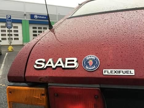 Toivosen rubiininpunainen Saab on kulkenut kotimaisella jätteestä valmistetulla etanolilla vuodesta 2014. Flexifuel-kyltin Toivonen teetti kilpifirmassa Saabin tyylin mukaisesti.