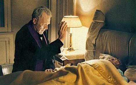 Isä Merriniä näyttelee monista Ingmar Bergmanin elokuvista tuttu Max von Sydow.