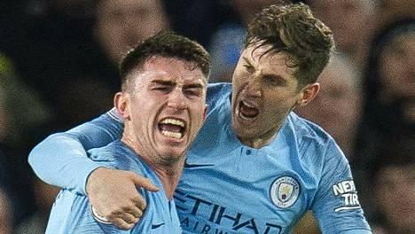Manchester Cityn avausmaalin tehnyt Aymeric Laporte (vas.) sai onnittelut John Stonesilta.