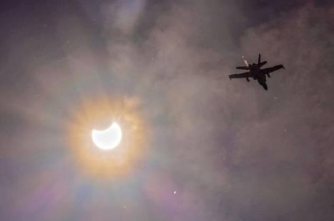 Hornet-hävittäjä ja auringonpimennys yhteen kuvaan ikuistettuna.
