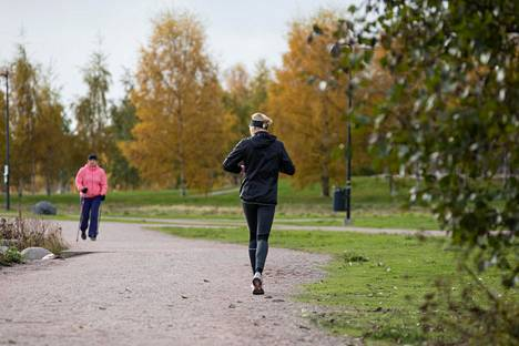 Ulkoilulla, lenkkeilyllä ja terveellisellä ravinnolla on suotuisia terveysvaikutuksia, mutta ne eivät estä koronavirusta leviämästä.