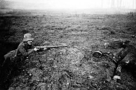 Saksalainen sotilas ja kuollut brittien hevonen. Britit yrittivät käyttää taistelussa ratsuväkeä turhaan.