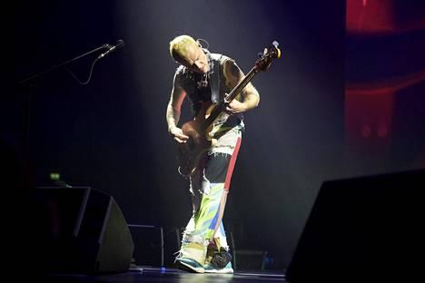 Basisti Flea jammaili keikalla kuin Woodstockissa niin ikään.