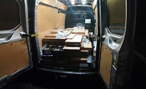 Ikean paketit ovat litteitä, mutta painavia. Anne suunnitteli etukäteen ostoslistan, ettei pakettiauton painoraja ylittynyt.